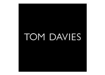 Tom Davoes Logo